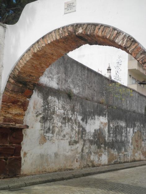 Um arco no meio de uma ruela